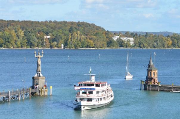 Bodenseeschiff vor Imperia und Hafenturm