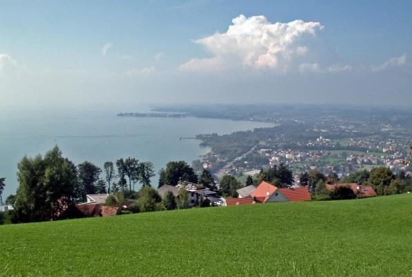 Blick vom Pfänder über Lochau auf den Bodensee, man sieht auch die Insel mit der Altstadt von Lindau. Fotograf: Vitalis Eichwald