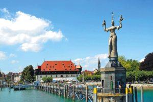 Der Hafen von Konstanz mit der Statue der Imperia im Vordergrund und dem Konzilgebäude im Hintergrund